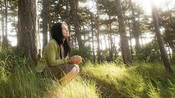 Our thinking, Young woman, in front of tree, day dreaming, grodan